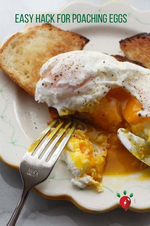 Hack your way to perfect poached eggs. One simple trick. #poachedeggs #easyrecipes #GlutenFree #HealthyTwist #Recipes #RecipeIdeaShop